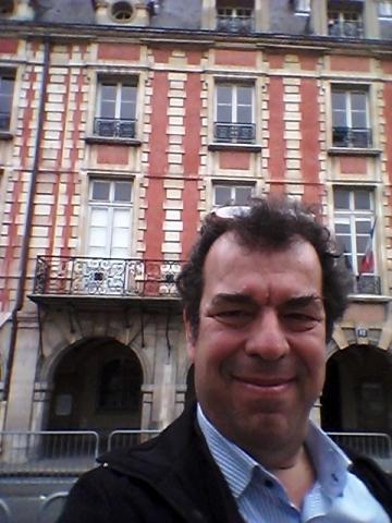Σέλφι από το Παρίσι. Μπορείτε να βρείτε πού είναι βγαλμένη η φωτογραφία;