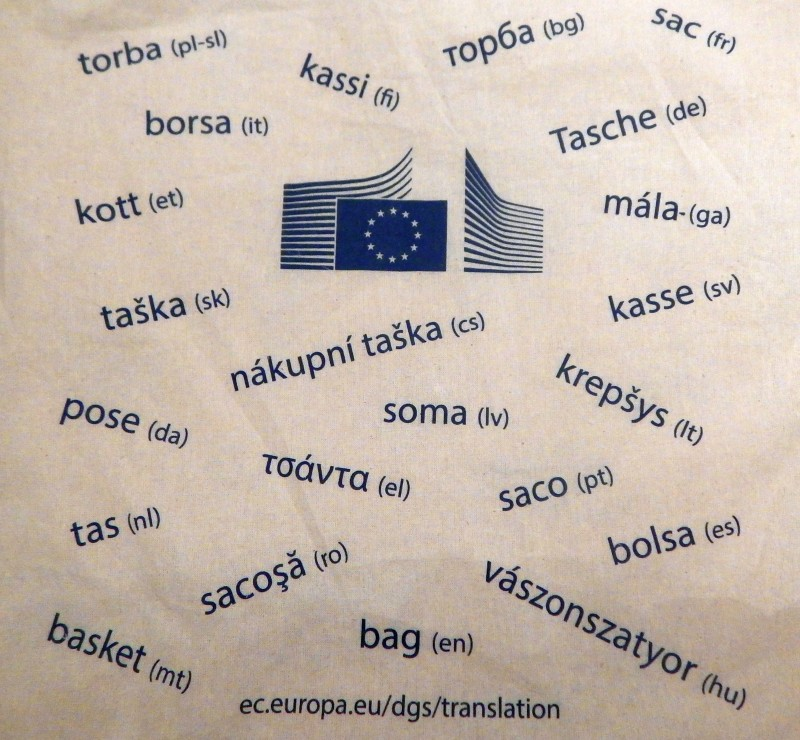 73dec99230f Όπως βλέπετε, πάνω στην τσάντα έχουν τυπωθεί οι διάφορες λέξεις που  σημαινουν «τσάντα» στις 23 από τις 24 επίσημες γλώσσες της ΕΕ -αλλωστε, από  την υπογραφή ...